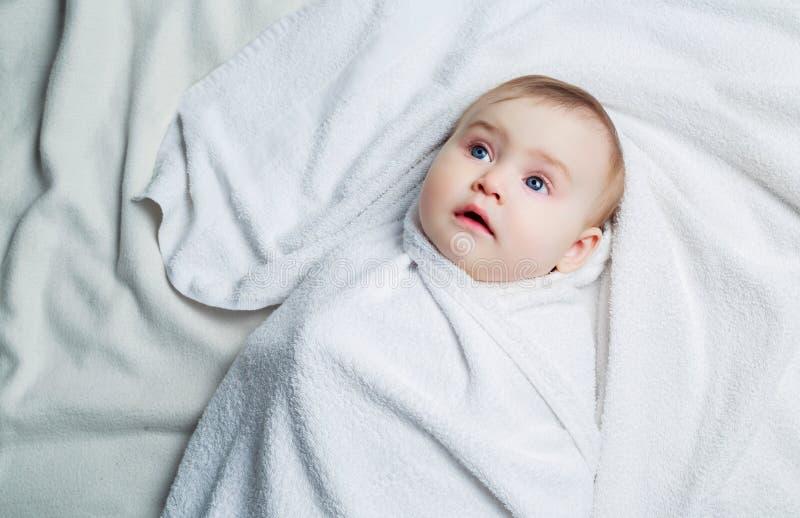 Bebé con una toalla foto de archivo