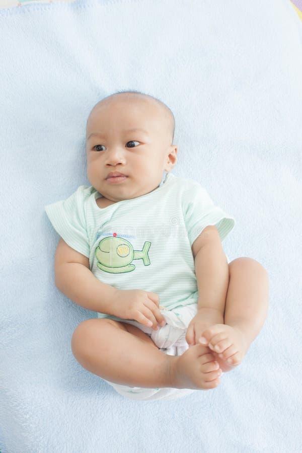 Bebé curioso imagen de archivo