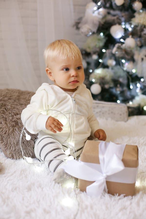 Bebé de 1 año lindo en la ropa acogedora, presentando en el Año Nuevo diciembre fotografía de archivo libre de regalías