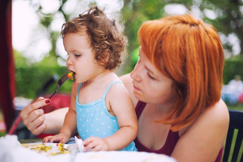 Bebé de alimentación imágenes de archivo libres de regalías