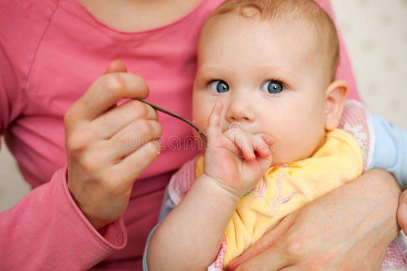 Bebé de alimentación de la madre fotos de archivo libres de regalías