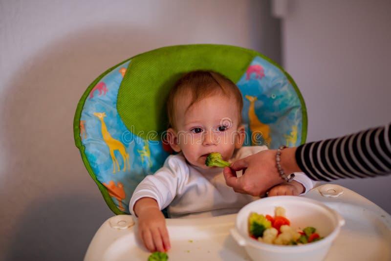 Bebé de alimentación - muchacho lindo que come el chocolate imagenes de archivo