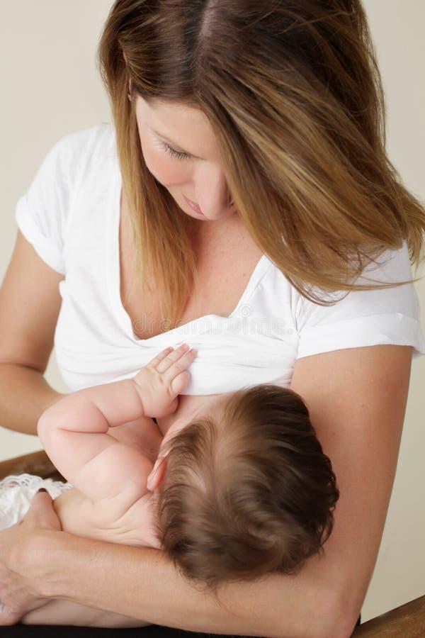 Bebé de amamantamiento de la madre imágenes de archivo libres de regalías
