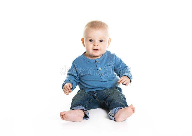 Bebé de arrastre alegre lindo aislado en el fondo blanco fotos de archivo libres de regalías