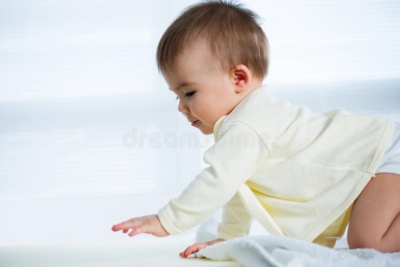 Bebé de arrastre feliz fotografía de archivo libre de regalías
