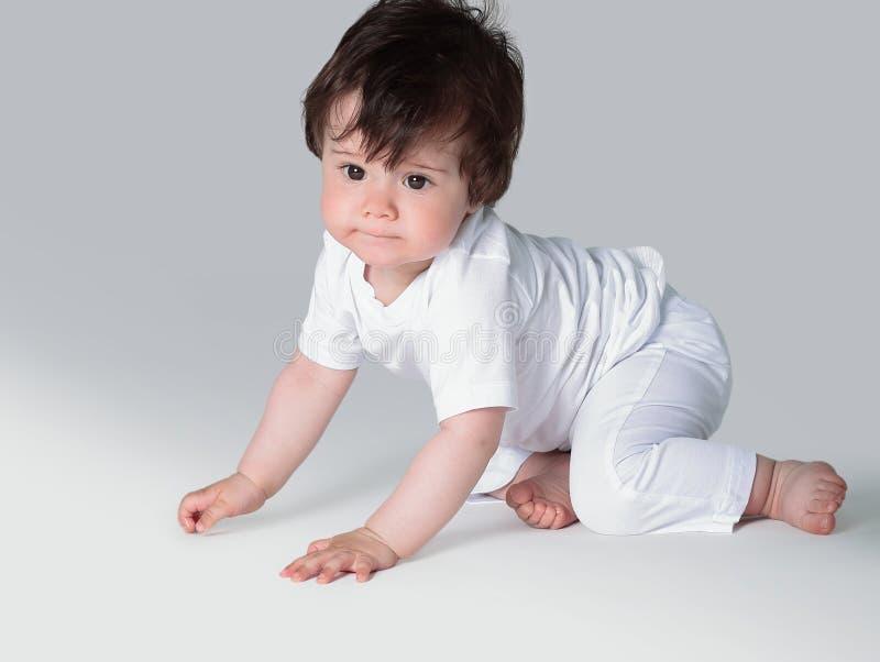 Bebé de arrastre feliz Vista lateral fotos de archivo