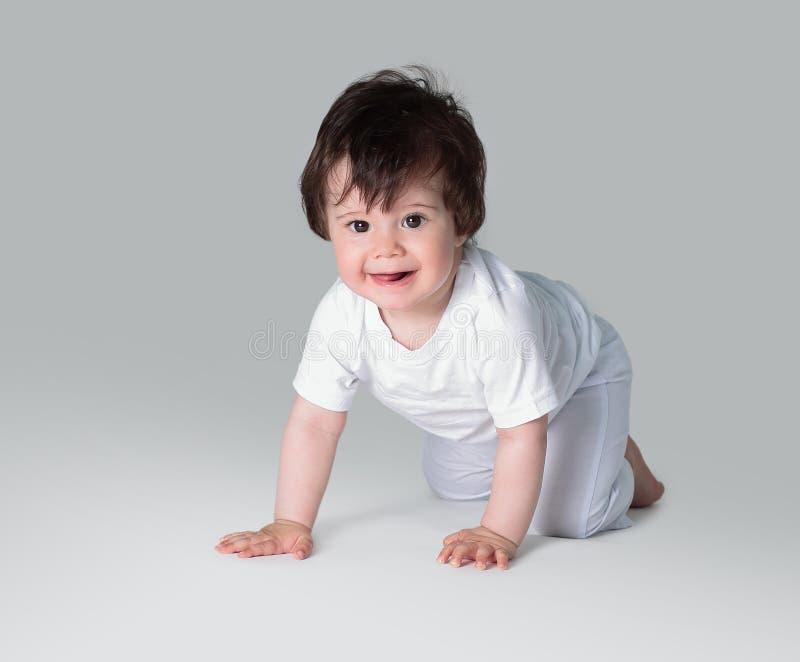 Bebé de arrastre feliz Vista lateral imagen de archivo libre de regalías