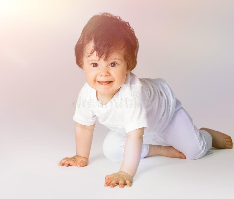 Bebé de arrastre feliz Vista lateral fotografía de archivo libre de regalías
