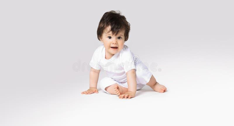 Bebé de arrastre feliz Vista lateral fotografía de archivo