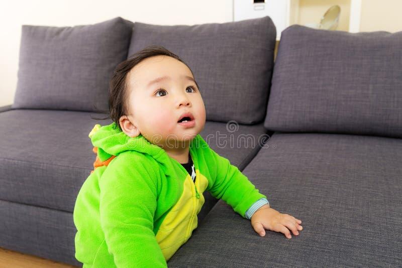 Bebé de Asia con el traje del partido de Halloween del dinosaurio fotos de archivo