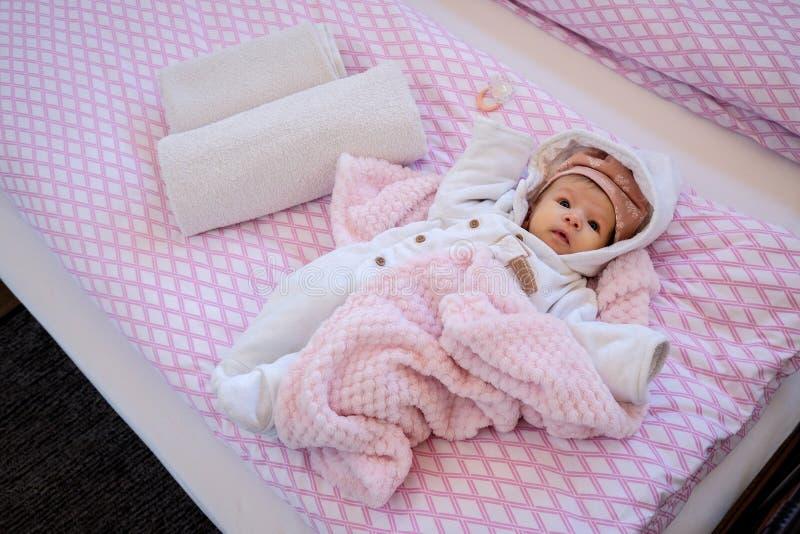 Bebé de dos meses en la cama fotos de archivo libres de regalías