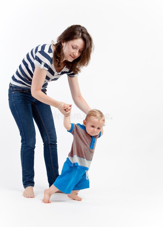 Bebé de enseñanza de la madre a recorrer fotos de archivo libres de regalías