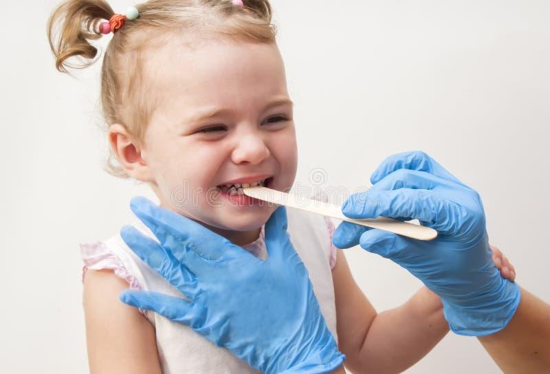 Bebé de examen del doctor aislado en el fondo blanco fotos de archivo libres de regalías