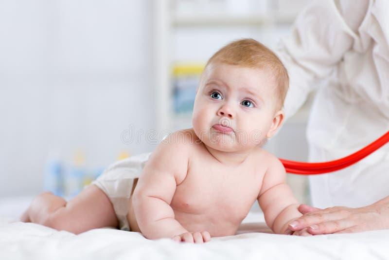 Bebé de examen del doctor con el estetoscopio imagen de archivo libre de regalías