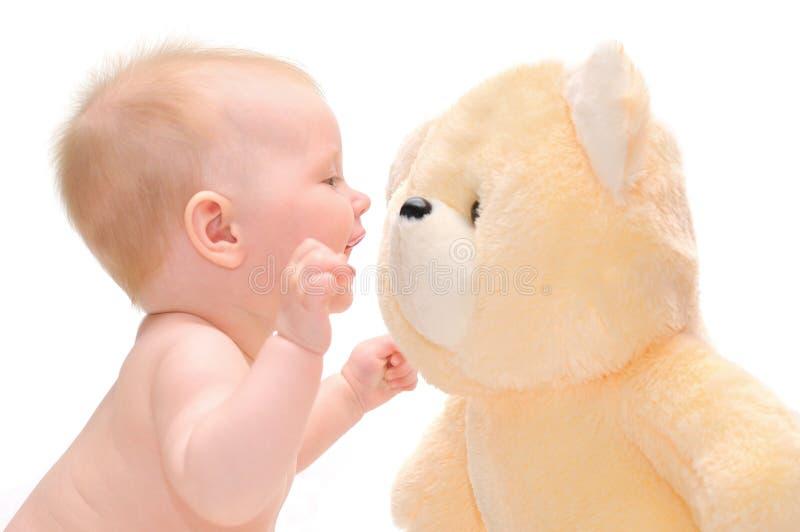 Bebé de Hapy con el oso de peluche fotografía de archivo