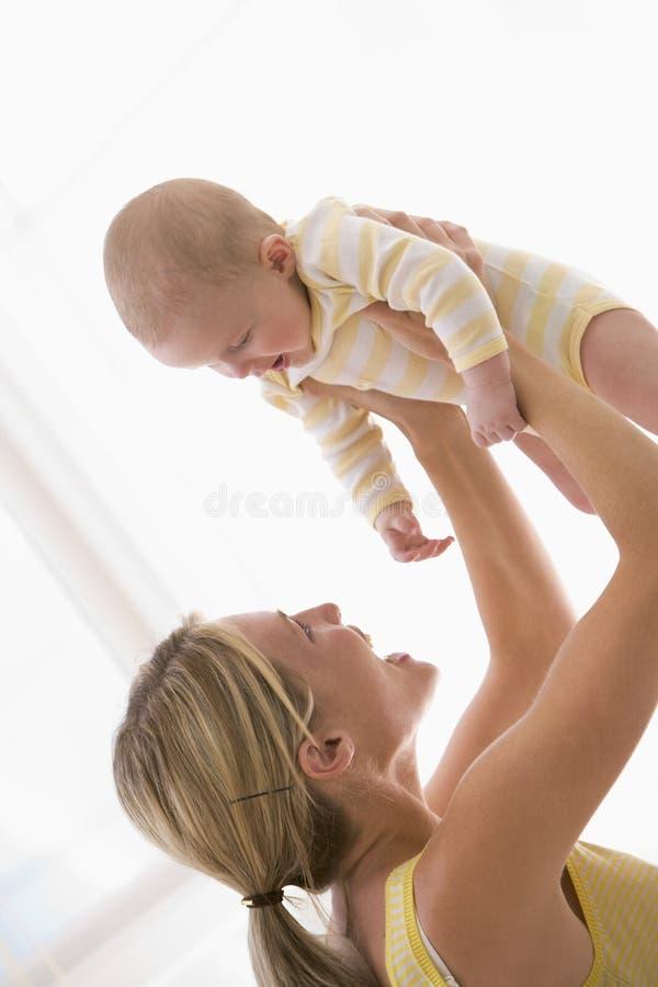 Bebé de la explotación agrícola de la madre dentro foto de archivo libre de regalías