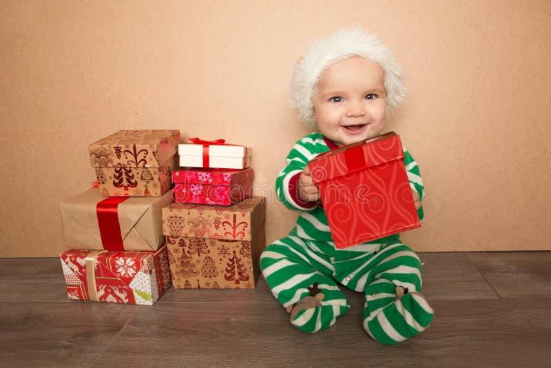 Bebé de la Navidad en el sombrero de santa imágenes de archivo libres de regalías