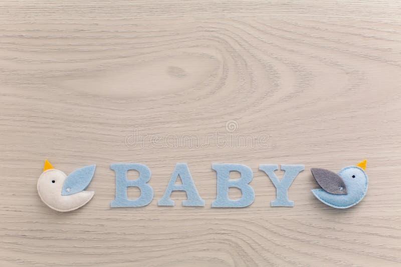 Bebé de la palabra y juguete azul foto de archivo