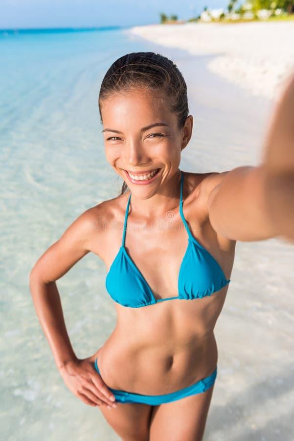 Bebé de la playa de la mujer de las vacaciones de verano que toma el selfie imagenes de archivo