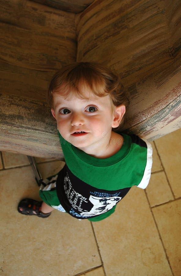 Bebé de los objetos curiosos fotografía de archivo