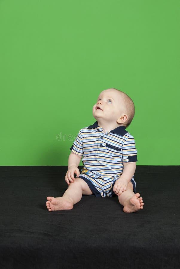 Bebé de 10 meses en un fondo verde pinta 4 imagen de archivo libre de regalías