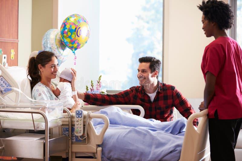 Bebé de With New Born de la familia y de la enfermera en los posts Natal Department foto de archivo libre de regalías