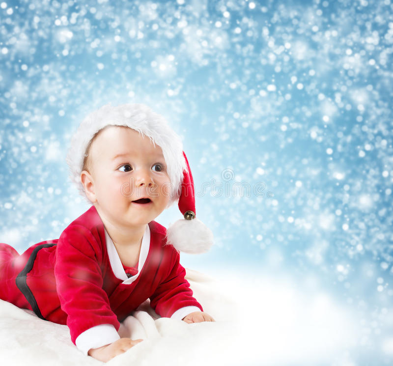 Bebé de ocho meses que miente en la manta suave imagenes de archivo