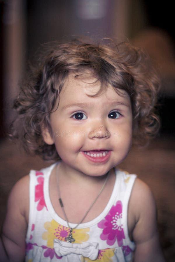 Bebé de risa en el fondo oscuro que sonríe en la cámara Retrato del primer Beb? que sonr?e en la c?mara fotos de archivo