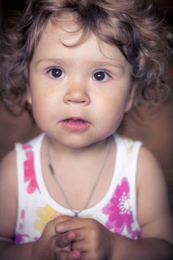 Bebé de risa en el fondo oscuro que sonríe en la cámara Retrato del primer Beb? que sonr?e en la c?mara fotos de archivo libres de regalías