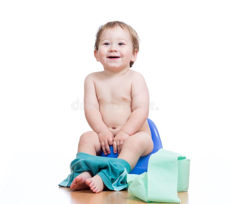 Bebé de sorriso que senta-se no potenciômetro de câmara imagens de stock