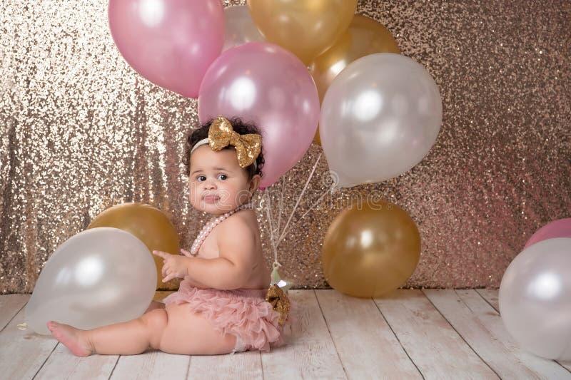 Bebé de un año con los globos imagenes de archivo