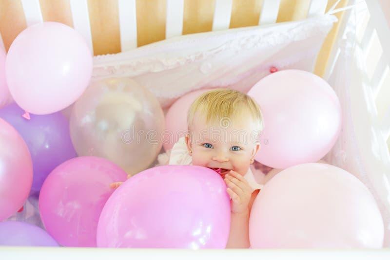 Bebé del cumpleaños en cama imagen de archivo libre de regalías