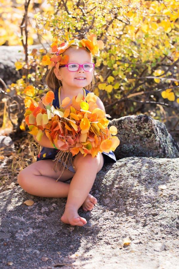 Bebé del retrato del otoño que sostiene las hojas del amarillo fotos de archivo libres de regalías
