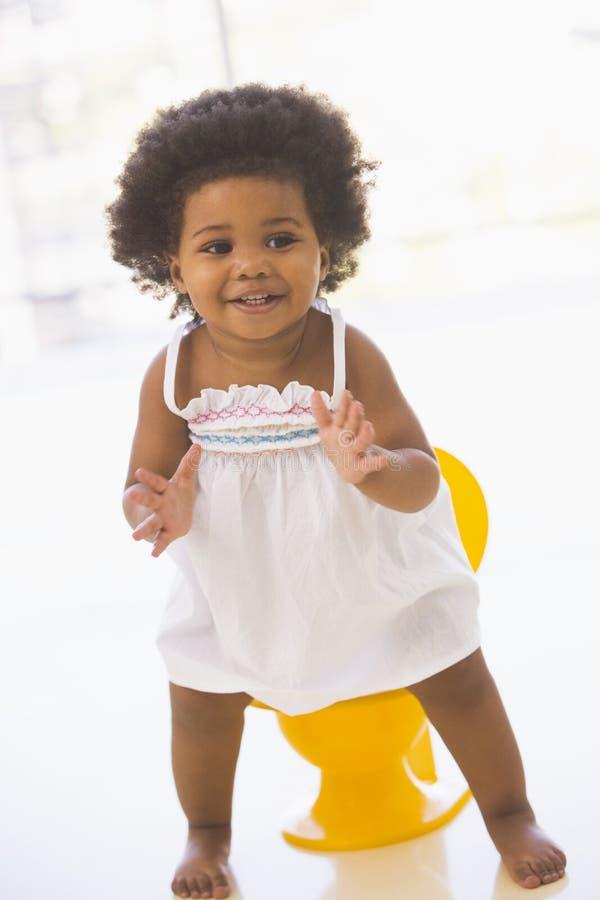 Bebé dentro que va en la sonrisa insignificante