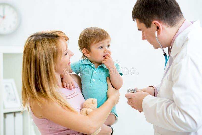 Bebé desconcertado o asustado que es comprobado por un doctor imágenes de archivo libres de regalías