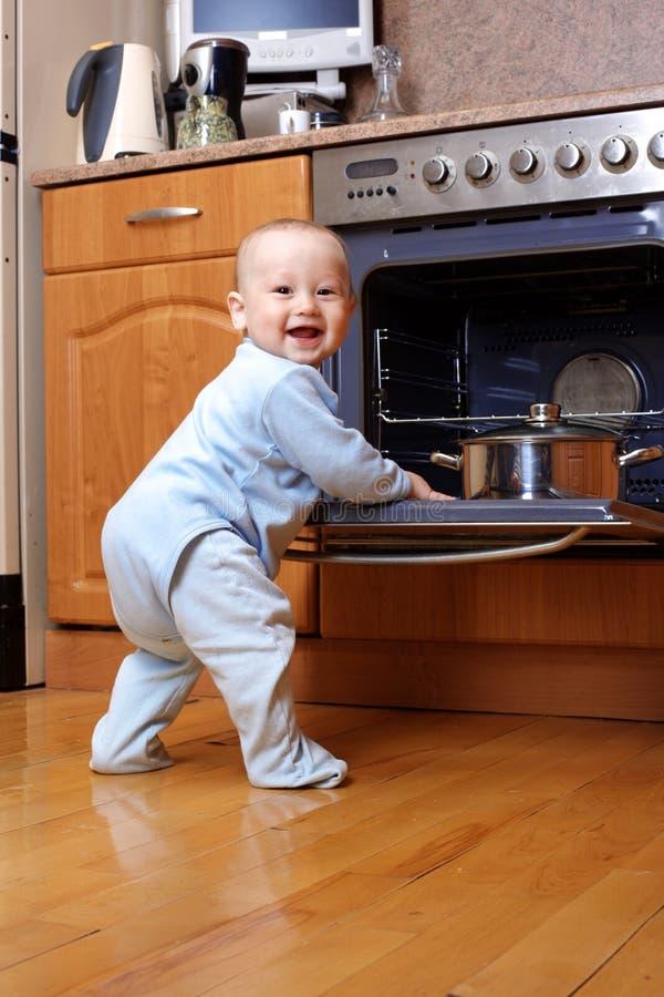 Bebé divertido en la estufa fotografía de archivo libre de regalías