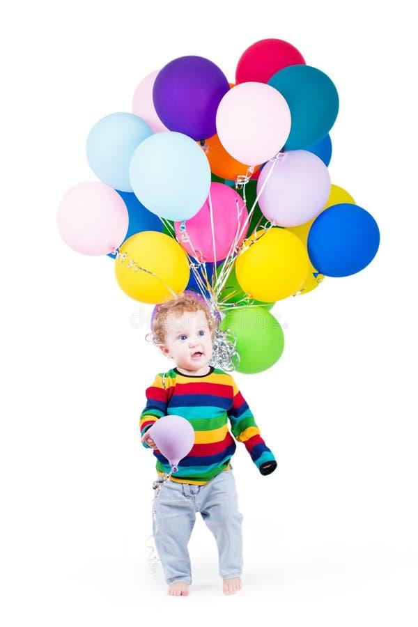 Bebé divertido que juega con los globos coloridos foto de archivo libre de regalías