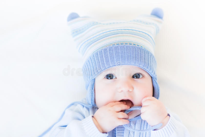 Bebé divertido que juega con su sombrero foto de archivo libre de regalías