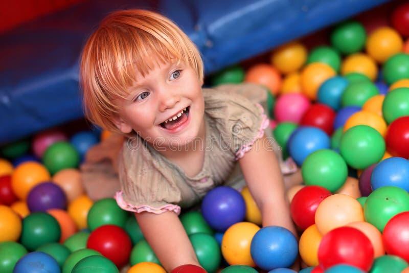 Bebé e esferas coloridas fotos de stock