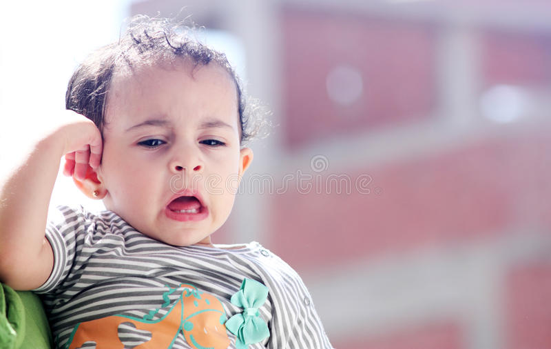 Bebé egipcio árabe triste imagen de archivo