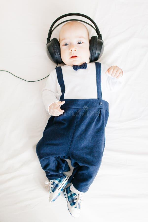 Bebé elegante con los auriculares foto de archivo