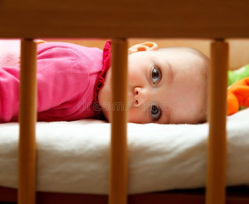 Bebé em sua cama imagens de stock royalty free