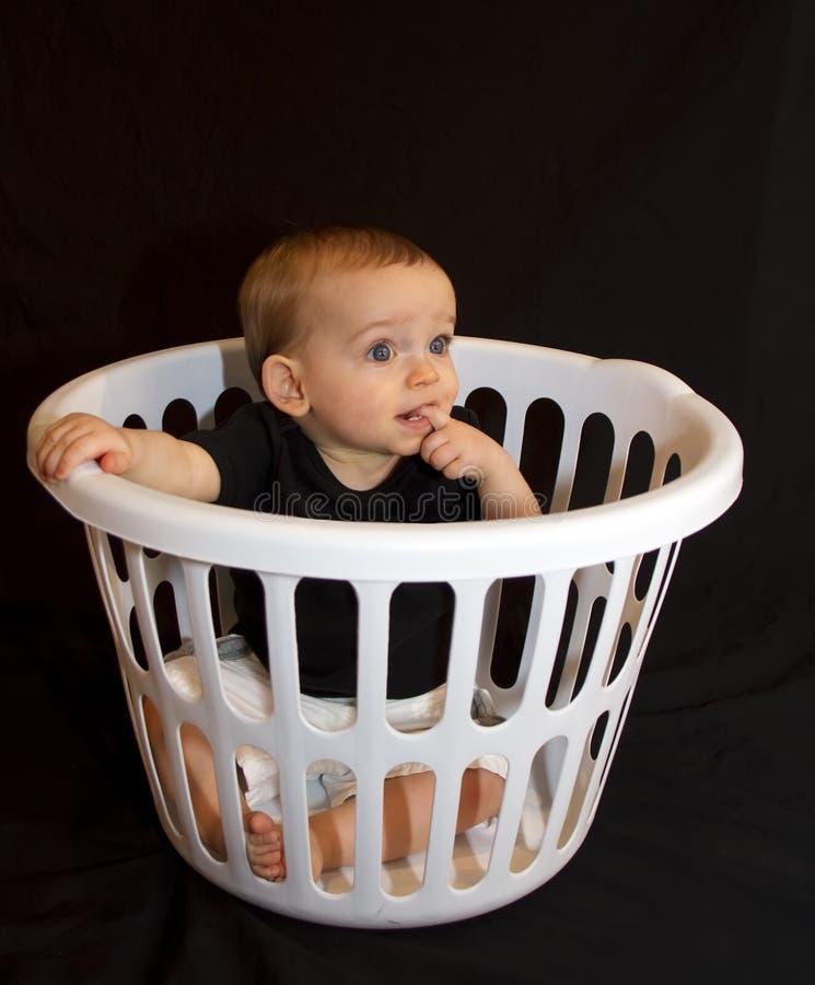 Bebé em uma cesta imagens de stock royalty free