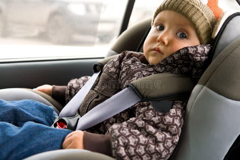 Bebé en asiento del niño en el coche foto de archivo libre de regalías