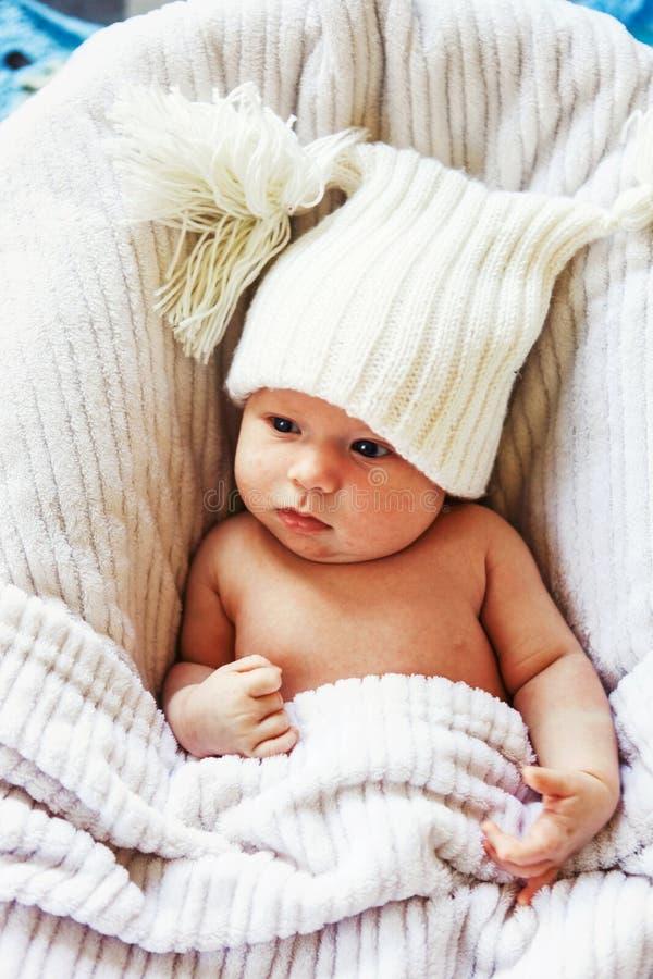 Bebé en cama fotos de archivo
