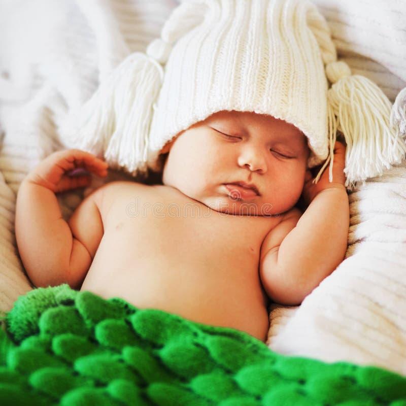 Bebé en cama imagenes de archivo