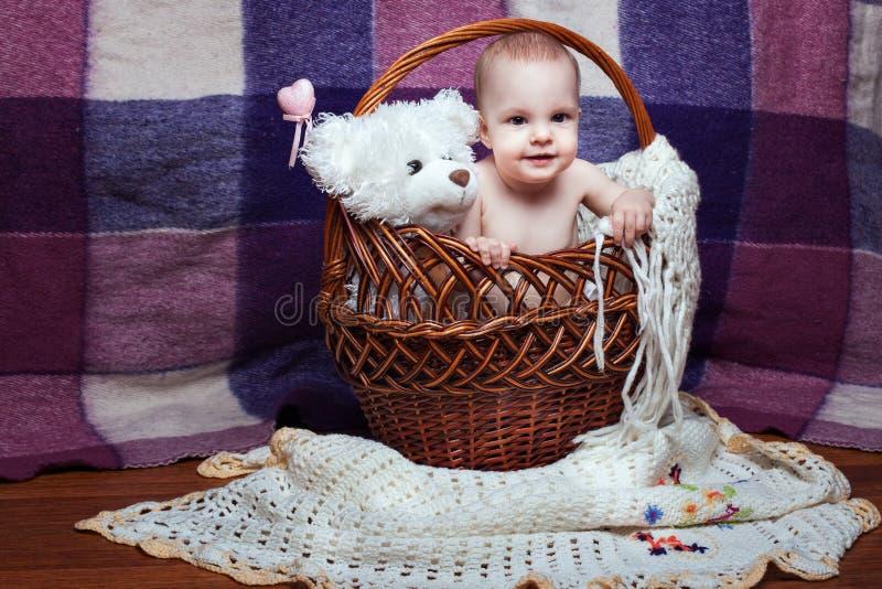 Bebé en cesta con el juguete foto de archivo libre de regalías
