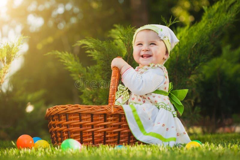 Bebé en cesta en el parque verde fotos de archivo