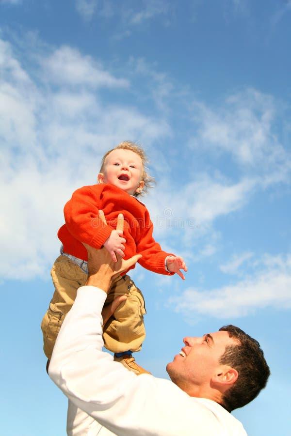 Bebé en cielo fotografía de archivo libre de regalías