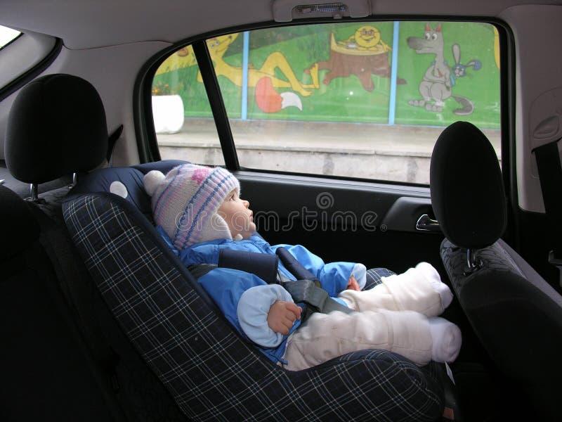Bebé en coche con sueños en ventana fotos de archivo